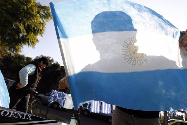 Persona con la bandera Argentina en las calles de Santa Fe