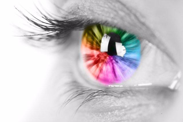 Ojo de mujer con iris de colores.