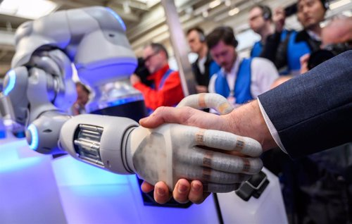 Bruselas empezará a cooperar con Gobiernos y empresas en el desarrollo de la IA ética en verano