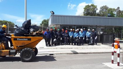 Más de 60 trabajadores de Endesa participan en una recogida de residuos en los alrededores de la central de Alcudia