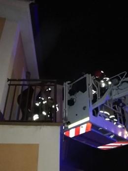 Sucesos.- Bomberos rescatan a una madre y su bebé, atrapadas en el incendio de un chalé en Fuensaldaña (Valladolid)