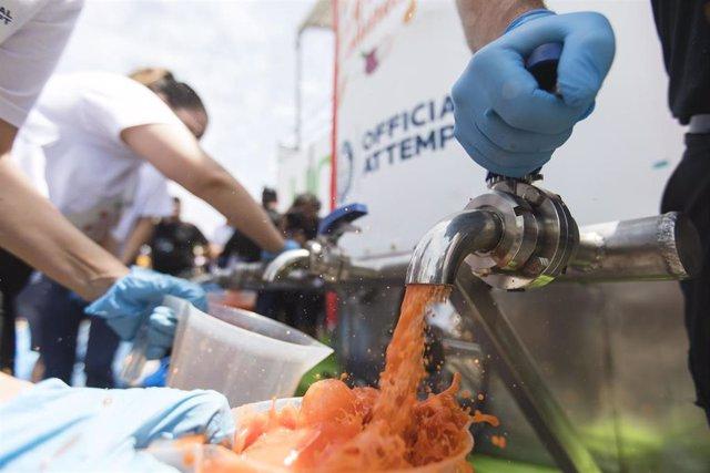 Almería.-El récord Guinness al gazpacho más grande del mundo de Unica recauda 18.252 euros para asociaciones ANDA y AECC