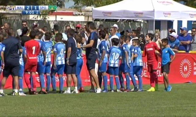 Jugadores alevines del Málaga CF detienen un partido para pedirles a sus familiares que no discutan en la grada