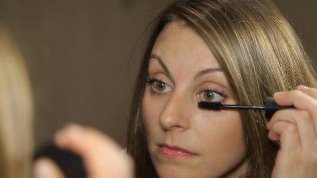 Pestañas. Rimmel. Maquillaje. Mujer maquillándose.
