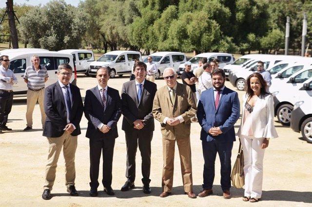 La Junta entrega las primeras furgonetas a las entidades locales de menos de 20.000 habitantes