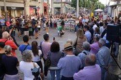 Desenes de persones es concentren a Mataró contra la mort violenta d'una nena (ACN)
