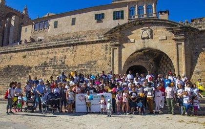 Cerca de 130 personas participan en la marcha solidaria de Cáritas a favor de migrantes y refugiados