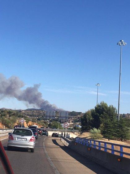 Dos medios aéreos y 35 efectivos intentan apagar un fuego de matorral en Burguillos de Toledo