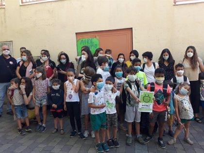 Padres y alumnos de colegios se concentran con mascarillas para exigir la continuidad de Madrid Central