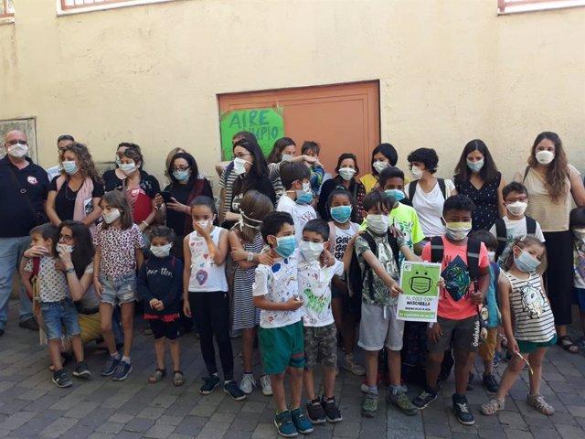 Padres de alumnos del distrito Centro se concentran con mascarillas para pedir la continuidad de Madrid Central