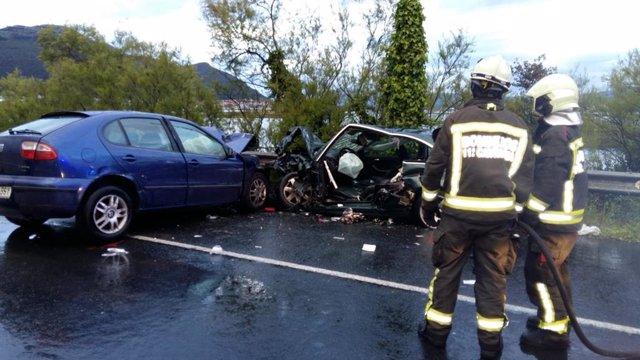 Dos hombres heridos graves y una mujer con pronóstico reservado tras una colisión frontal en Escalante (Cantabria)