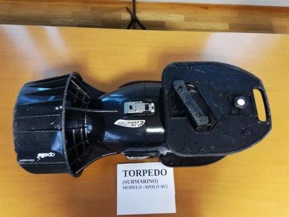 Detenido un furtivo que usaba un torpedo para desplazarse bajo el agua y extraer percebe en A Coruña