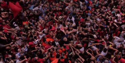 De la esperanza a la derrota, la cineasta Petra Costa lleva la crisis política brasileña a Netflix