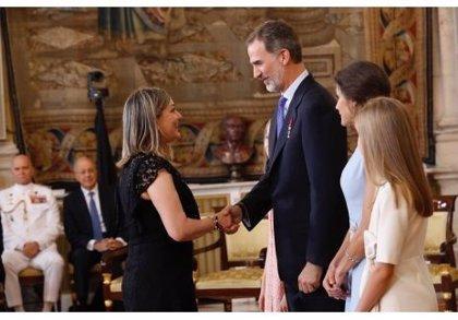 Una empleada de Renault Valladolid recibe la condecoración de la Orden al Mérito Civil de manos de los Reyes