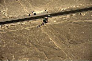 Las enormes aves dibujadas en las llanuras desérticas de Nazca (Perú) son colibríes o pelícanos