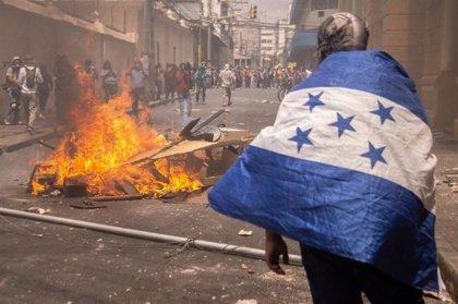 La Policía antidisturbios se retira de las calles de Tegucigalpa mientras el Gobierno se enfrenta a las protestas