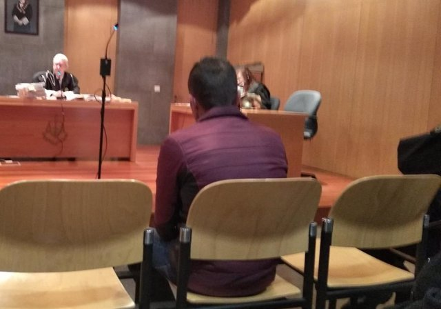 Trib.- El hombre que robó en tres pisos en Oviedo acediendo por la ventana acepta dos años y seis meses de prisión