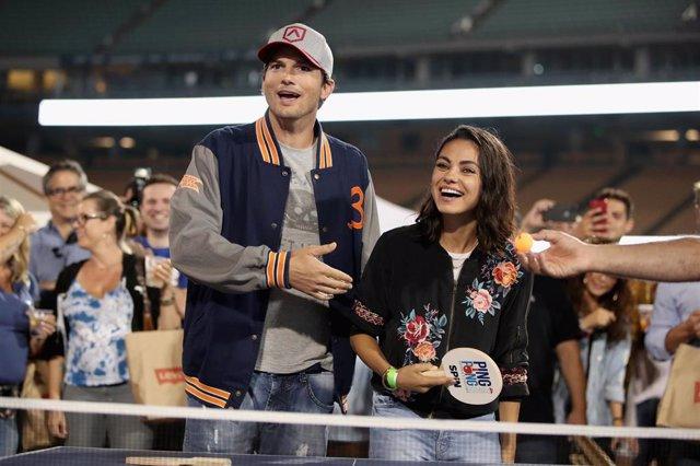 Ashton Kutcher y Mila Kunis bromean con la noticia sobre su ruptura