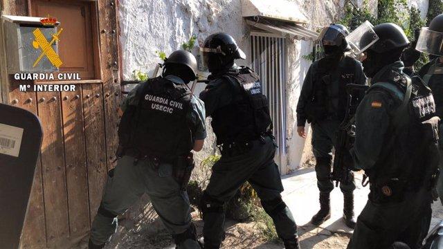 Almería.-Sucesos.-Desmantelan una plantación de marihuana, detienen a cuatro personas e intervienen armas simuladas