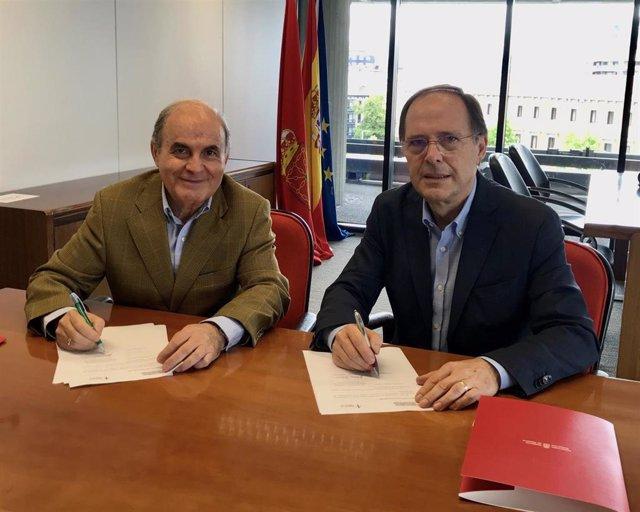 Francisco Arasanz y Luis Gabilondo durante la firma del convenio.