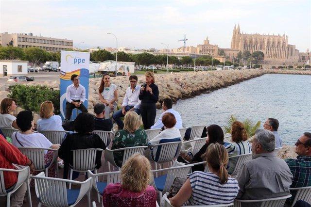 """Rosa Estaràs resalta la importancia de los jóvenes """"en la construcción europea"""" en un acto en Palma."""