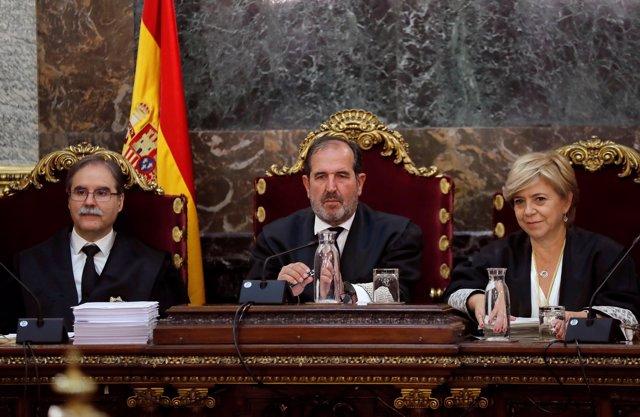 Los magistrados Andrés Martínez Arrieta (c), Andrés Palomo (i) y Ana Ferrer durante la vista pública que el Tribunal Supremo celebra para deliberar los recursos de casación presentados contra la sentencia que confirmó la pena de nueve años de prisión para
