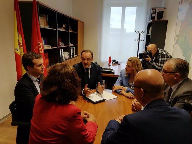 El presidente del PP, Pablo Casado, y el de UPN, Javier Esparza, reunidos en el Parlamento de Navarra.