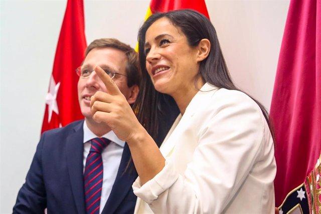 El nuevo alcalde de Madrid, José Luis Martínez-Almeida, y la nueva vicealcaldesa de Madrid, Begoña Villacís, se saludan tras la Sesión de constitución del Ayuntamiento de Madrid.