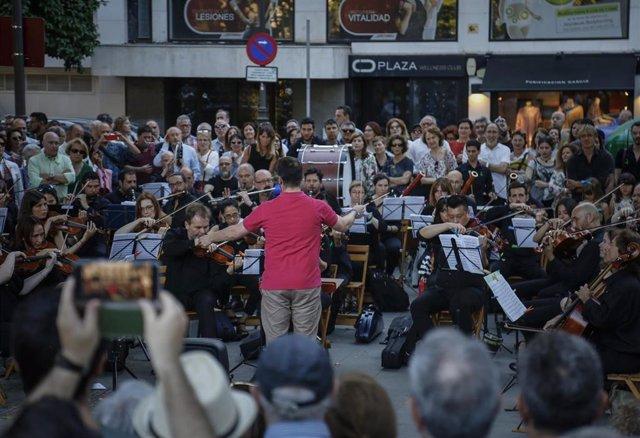 Concierto-protesta de la Real Orquesta Sinfónica de Sevilla. En la Plaza Nueva. (Foto de archivo).
