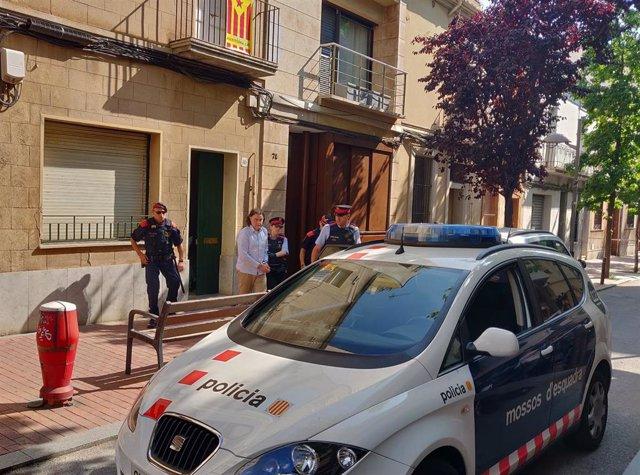 Els Mossos s'emporten del pis de Terrassa l'autor confés del crim de la seva exparella