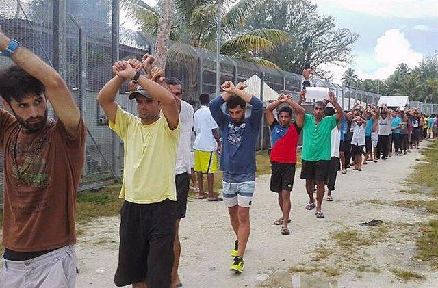 Migrantes en el centro de detención de Manus