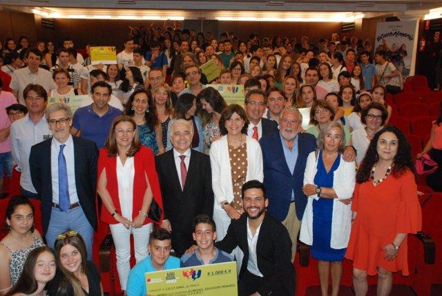 Foto de familia de entrega de los premios 'El Audiovisual en la Escuela'.