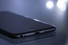 El smartphone tiene 30 veces más bacterias que la tapa del inodoro: consejos para mantener el móvil limpio