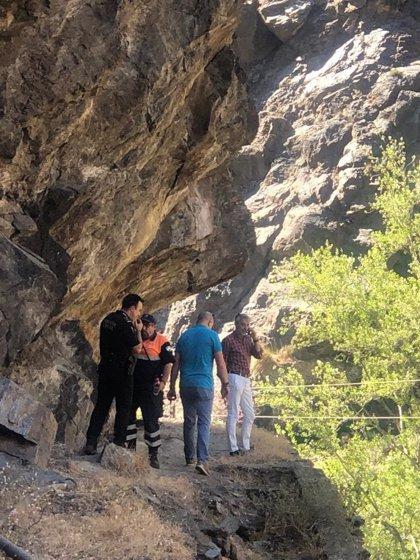 Órgiva (Granada) muestra sus condolencias por la muerte de un hombre y su hijo mientras hacían barranquismo