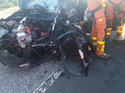 Rescatan al conductor de un coche que chocó contra una retroexcavadora que cayó de un camión