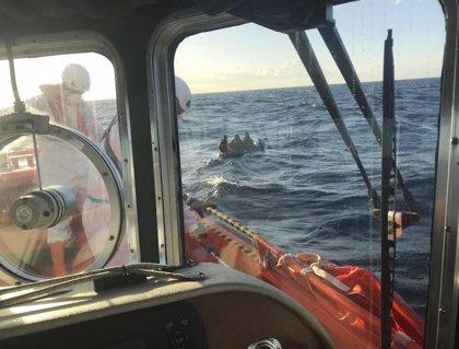Rescatan a ocho hombres de una patera tipo 'toy' a la deriva en el Estrecho