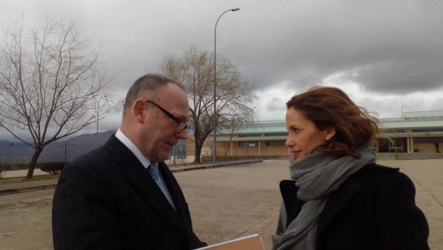 Ben Emmerson y Rachel Lyndon antes de entrar a la prisión de Soto del Real
