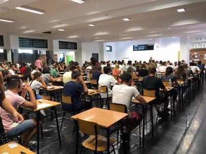 Más de 2.600 andaluces realizarán esta semana un examen oficial de Cambridge que implementa cascos inhalámbricos
