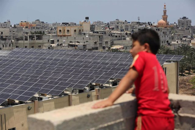 17 June 2019, Palestinian Territories, Khan Younis: A Palestinian child looks at a solar panel installation, on the roof of Nasser Medical Complex, as part of the Japanese funded solar energy system projects. Photo: Ashraf Amra/APA Images via ZUMA Wire/dp