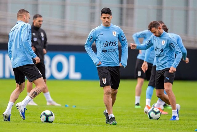 19 June 2019, Brazil, Porto Alegre: Uruguay's Luis Suarez (C) takes part in a training session for the uruguay national soccer team ahead of Friday's 2019 Copa America Group C soccer match against Japan. Photo: Liamara Polli/AM Press via ZUMA Wire/dpa