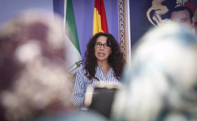 La Consejera de Igualdad, Políticas Sociales y Conciliación, Rocío Ruiz, atiende a los medios tras la reunión mantenida con el presidente de la Región Tánger-Tetuán-Alhucemas, Bachir Abdellaoui, en una imagen de archivo