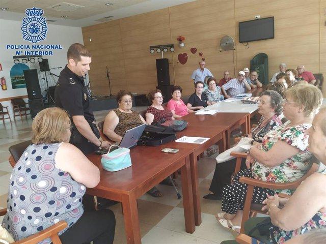 Delegación de Participación Ciudadana de las Comisarías de Policía Nacional de Almería y El Ejido realiza una charla en el Centro de Mayores de Loma de la Mezquita de El Ejido