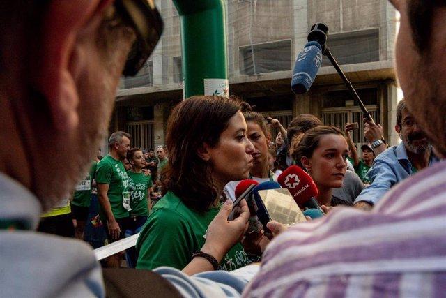 La candidata del PP a la Presidencia de la Comunidad de Madrid, Isabel Díaz Ayuso, atiende a los medios de comunicación antes de participar en la carrera popular que se celebra este año en el marco de los actos de conmemoración del 175 aniversario de la G