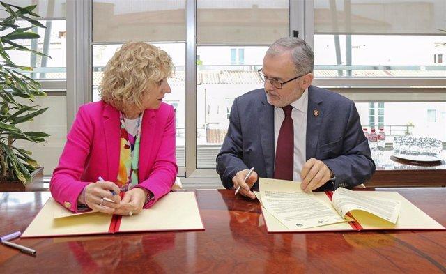 La vicepresidenta en funciones y el rector de la UC en el acto de firma del convenio