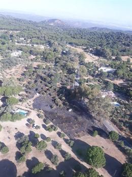 Incendio forestal causado por la caída de un poste eléctrico en la A-6177
