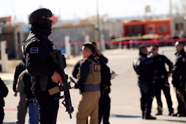Policías en una escena del crimen de un ataque de narcotraficantes a la policías locales en Ciudad Juárez, México