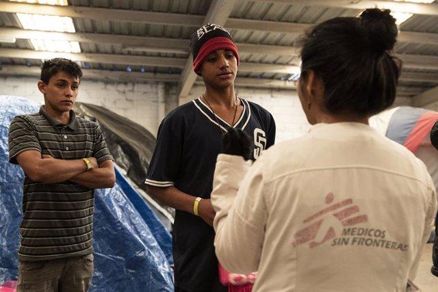 Miembros de MSF atienden a migrantes en Tijuana.