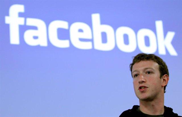 El presidente ejecutivo de Facebook, Mark Zuckerberg, durante una rueda de prensa en la sede de Facebook en Palo Alto, California, el 26 de mayo de 2010