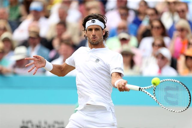 23 June 2019, England, London: Spanish tennis player Feliciano Lopez  in action against France's Gilles Simon during their men's singles final match of the Queen's Club Championships tennis tournament, at the Queen's Club. Photo: Steven Paston/PA Wire/dpa