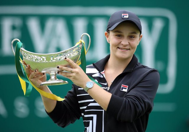 23 June 2019, England, Birmingham: Ashley Barty holds the trophy after defeating Germany's Julia Goerges during their women's single final match of the Birmingham Classic tennis tournament at the Edgbaston Priory Club. Photo: Tim Goode/PA Wire/dpa